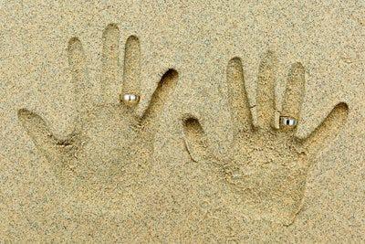 Argollas de matrimonio en la arena