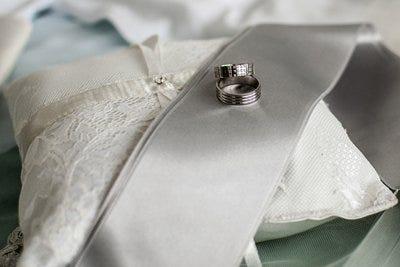 Argollas de matrimonio y cojín
