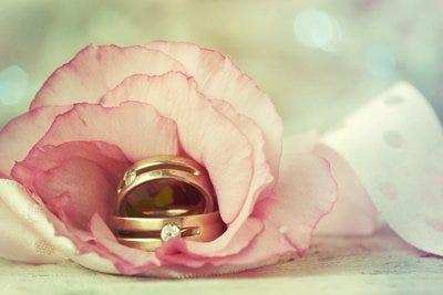 Argollas de matrimonio y flor