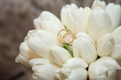 Argollas de matrimonio y flores