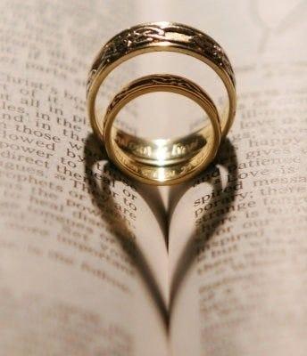 Pareja y argolla de matrimonio