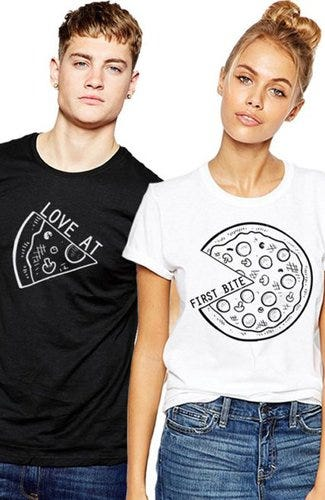 Pareja con playera divertida / Pinterest